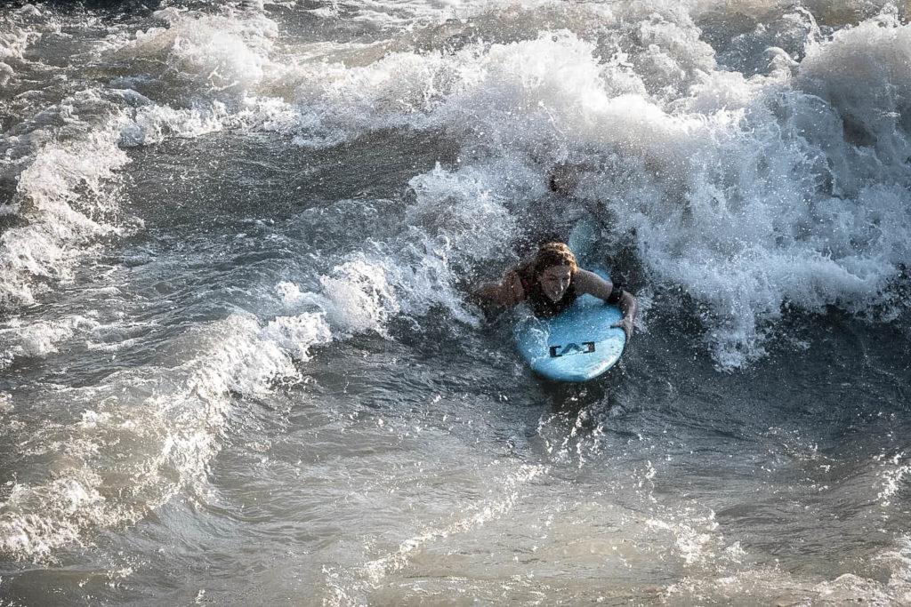 surf en rivière - theweekendwarrior.fr - manon surf 01